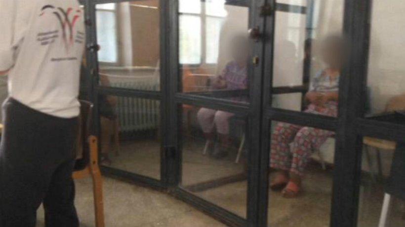 Imagini halucinante! Pacienți cu dizabilități, ținuți în cuști la spitalul din Sighetu Marmației