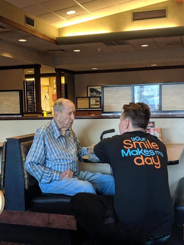 Se afla într-un restaurant când a văzut un bătrânel care mânca singur. În scurt timp, ceva uluitor s-a întâmplat. Îți dau lacrimile, nu alta! (FOTO) 16