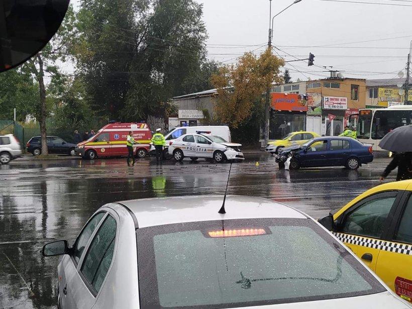 Accident cu o mașină de Poliție, în Capitală. Traficul este blocat (FOTO)