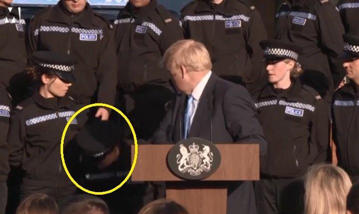 Reacția bizară a premierului britanic Boris Johnson după ce o polițistă a leșinat în timpul discursului său - VIDEO