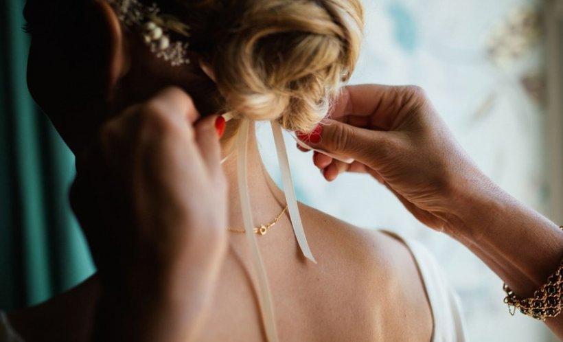 Situație de coșmar pentru o tânără chiar în ziua nunții. Cum a venit soacra îmbrăcată la eveniment. Toți invitații s-au uitat doar la ea