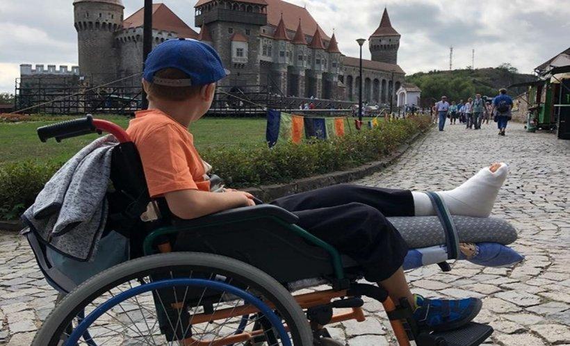 Copil imobilizat temporar în scaunul cu rotile, umilit în timpul unei vizite la Castelul Corvinilor. Este inadmisibil!