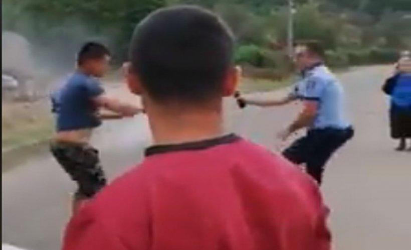Incident șocant în Sălaj. Polițiștii și localnicii s-au luat la bătaie. Oamenii legii au dat cu spray lacrimogen - VIDEO