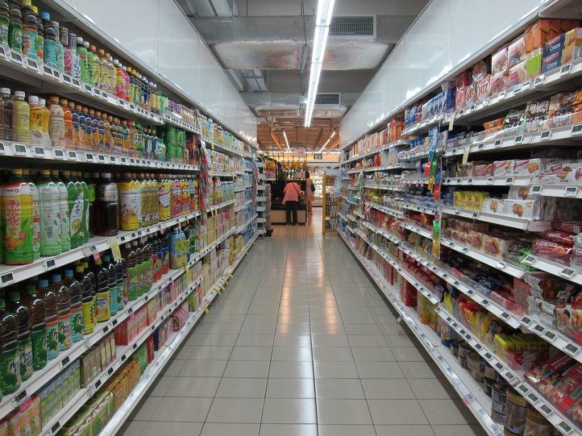 Produse alimentare expirate  și cosmetice contrafăcute, găsite pe rafturile magazinelor din Giurgiu