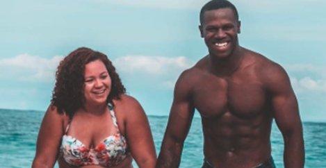Acest cuplu a mers la plajă și cineva le-a făcut o poză! Acum tot internetul vorbește despre ei - Ce se vede de fapt în fotografie