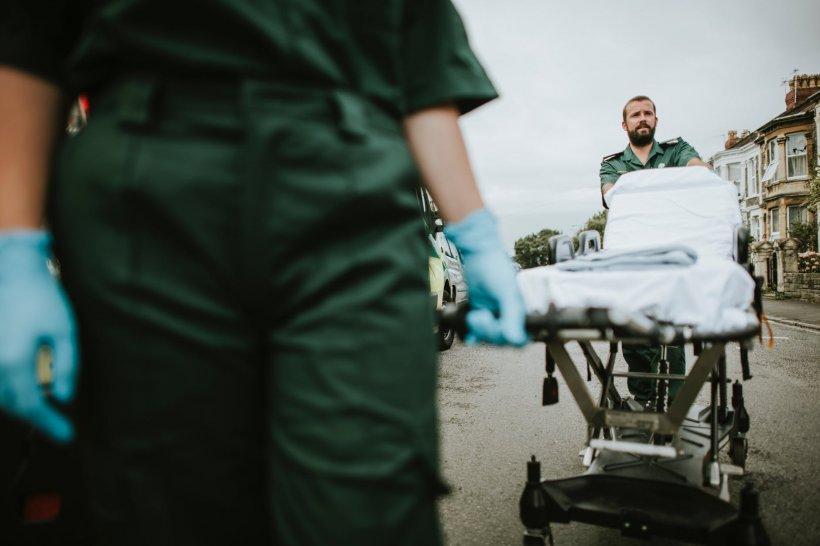 O ambulanță din Vaslui solicitată să consulte un mort, în sicriu, pregătit de înmormântare! I-au pus oglinda sub nas și… supriză!
