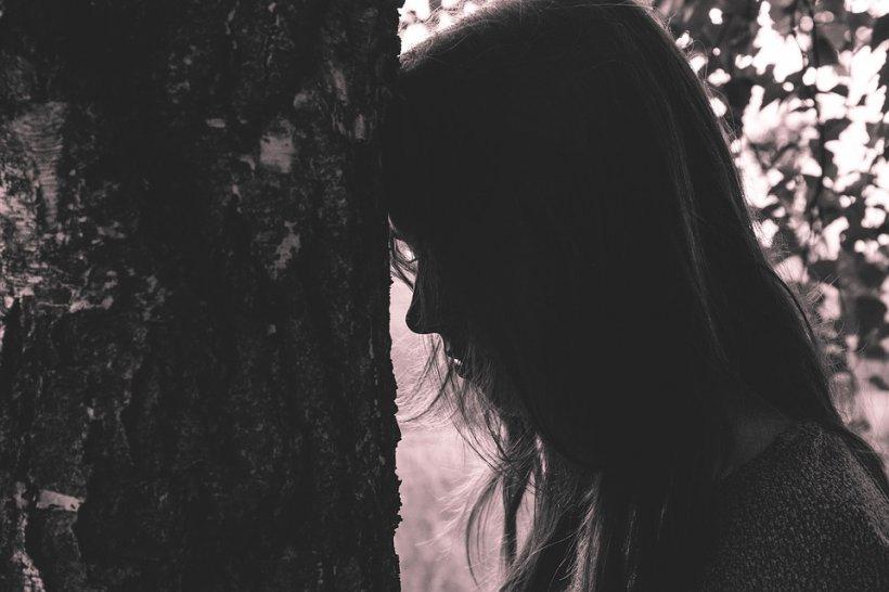 Gabriel mergea pe un drum lăturalnic, când în fața lui a văzut o adolescentă. Imediat i s-a reactivat pasiunea. Nu a stat pe gânduri și a apucat-o pe fată din spate. A dus-o spre pădurea din apropiere. Ceva neașteptat a urmat