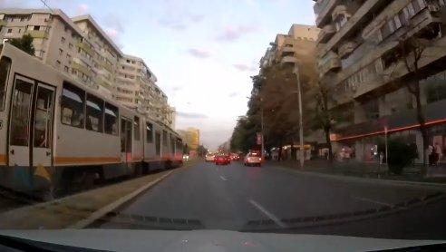 Dan trecea pe lângă un tramvai din București, când a zărit ceva năucitor în fața sa în trafic. Doar în filme mai vezi așa ceva: S-a urcat pur și simplu pe ea! VIDEO