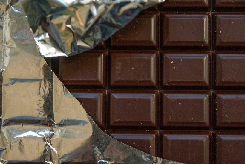 Un tânăr din Băcău a găsit într-un raft dintr-o benzinărie o ciocolată expirată. Așa că a început să-l șantajeze cu suma de 5.000 de euro. Însă  planurile sale au luat o turnură neașteptată. Ce a urmat