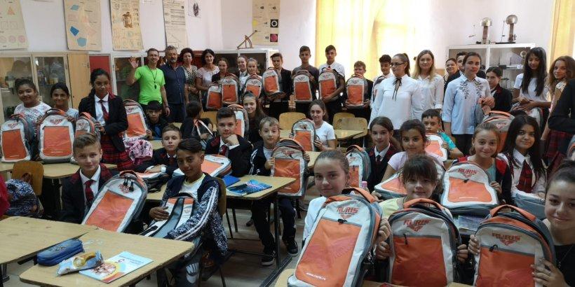 3.000 de elevi din toate regiunile țării au primit ghiozdane complet echipate la începutul anului școlar