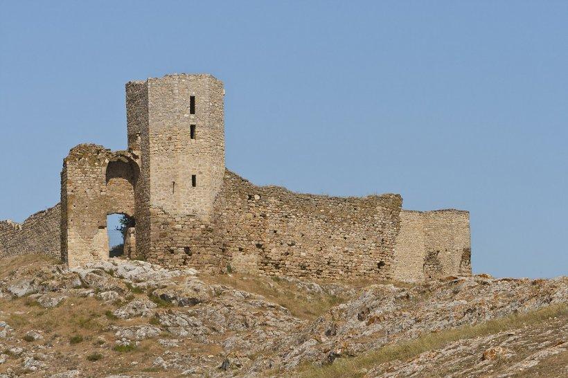 Povestea zidurilor de la Enisala, cetatea genoveză de langă lacurile Babadag şi Razim