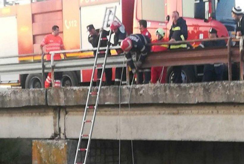 Scene teribile! Un tânăr a rămas izolat o noapte pe capota maşinii cu care a căzut într-un canal