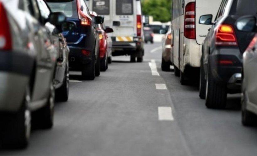 Scandal uriaș în traficul din Sibiu! Șofer amenințat cu târnăcopul de un bărbat nervos (VIDEO)
