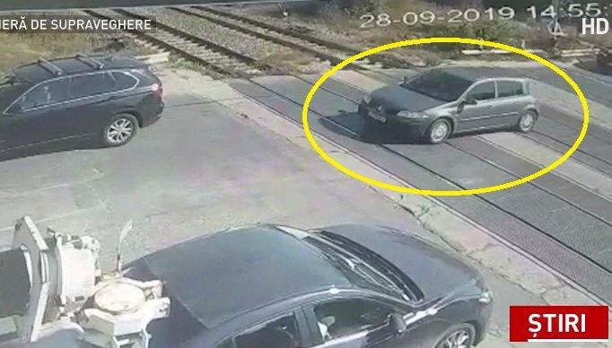 Trei mașini, la un pas să fie spulberate de tren în zona Pipera