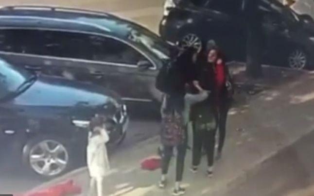 Imagini de groază în centrul orașului. O femeie este bătută bestial de două tinere sub ochii fiicei ei de 3 ani. VIDEO