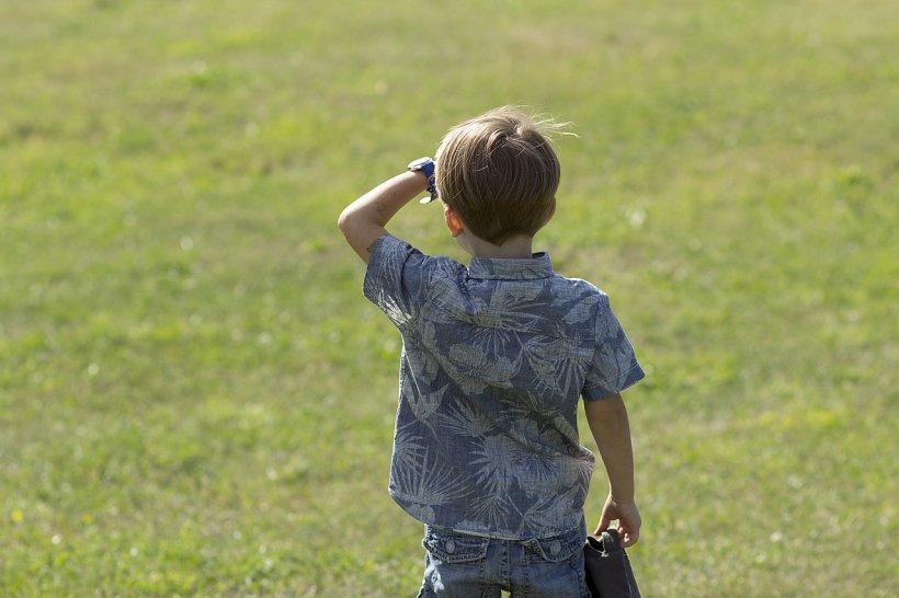 Un băiețel, paznic la oi, a izbucnit în plâns când a văzut dulciuri (FOTO)