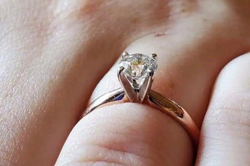 """Tocmai se logodise și a vrut să se laude pe internet cu inelul primit. Toți au râs însă de ea. """"O să scoți ochii cu el!"""""""