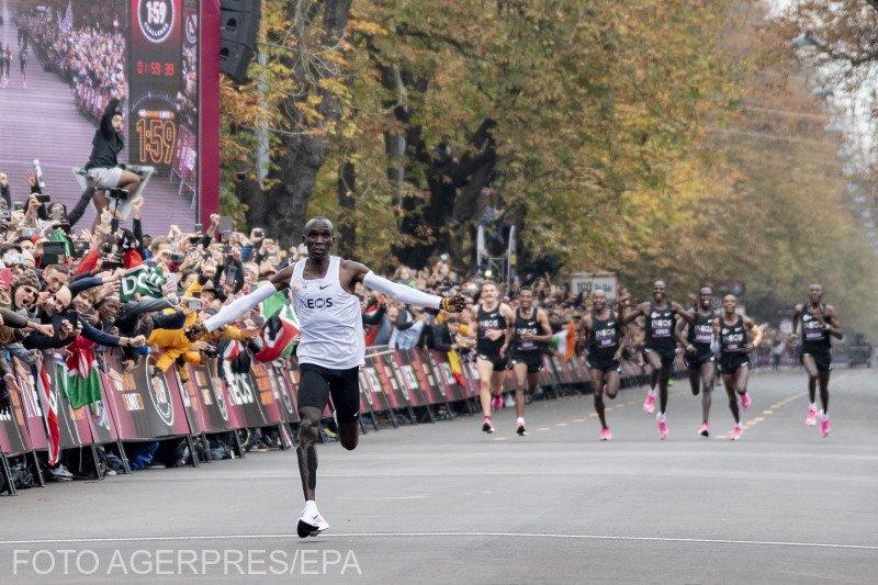"""Istorie! El este primul om din lume care aleargă maratonul sub două ore. Eliud Kipchog a avut 41 de """"iepuri"""" VIDEO"""