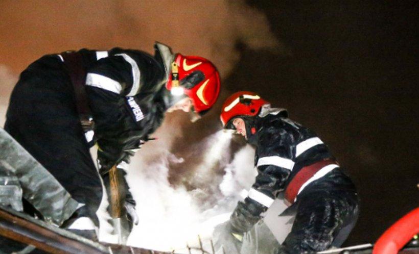 Incendiu într-un bloc din Capitală. Mai multe persoane au fost evacuate. O adolescentă de 16 ani și o altă persoană au ajuns la spital
