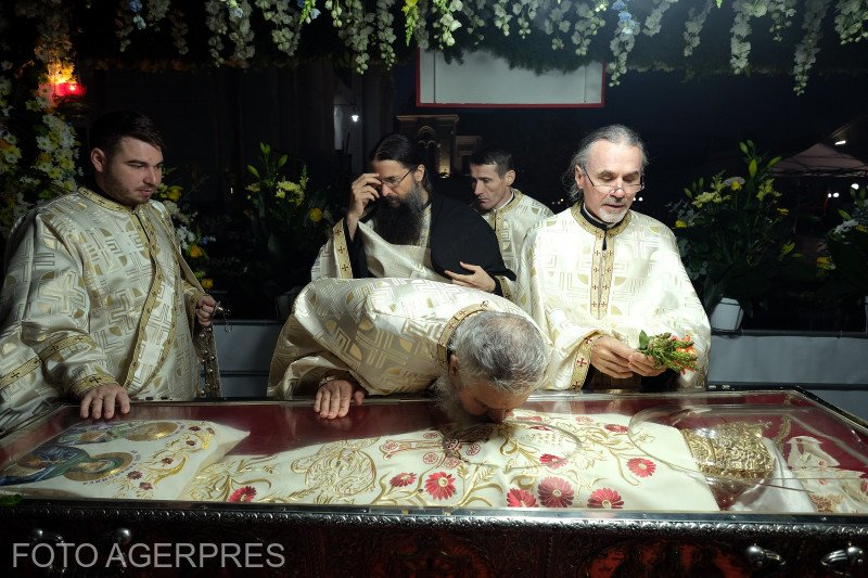 """Bărbatul s-a așezat în genunchi la moaștele Sfintei Parascheva și a rostit în lacrimi o rugăciune. După câteva ore, acasă, cineva i-a bătut la ușă. În acea clipă adevărul crunt a ieșit la iveală: """"Diavolul mi-a dat în gând să mă sinucid"""""""