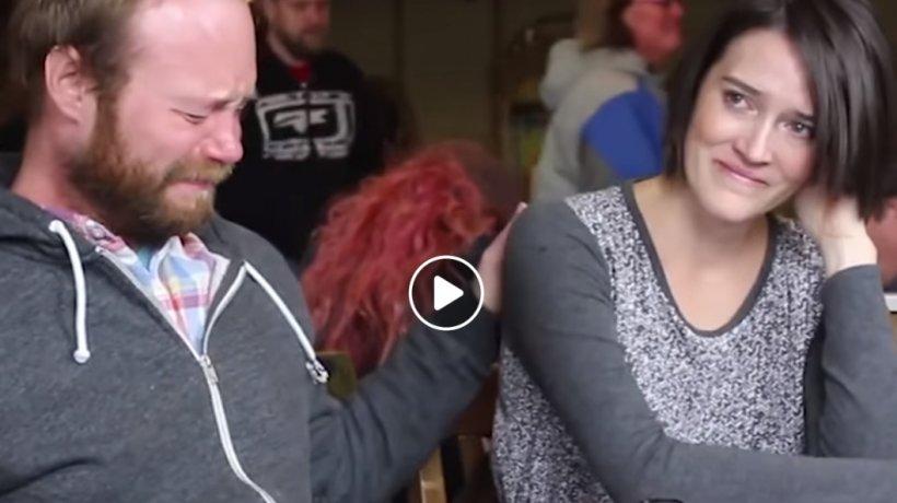 Amanda a aflat că are cancer, dar nu avea bani să se trateze. Gândul că cei patru copii ai săi ar putea rămâne fără ea a determinat-o să apeleze la ajutor. În timp ce își spunea povestea, niște necunoscuți s-au apropiat de ea. A izbucnit în lacrimi -VIDEO