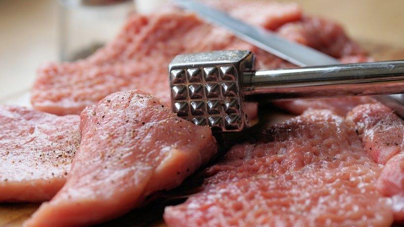 Scumpiri record la carnea de porc. Faţă de anul trecut, preţul cărnii de porc a crescut deja cu aproape 30%