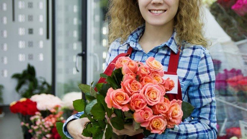 Mariana avea 25 de ani, era vânzătoarea la magazinul Unirea din București și era curtată intens de Adrian. Bărbatul scos-o într-o seară la restaurant, i-a luat un parfum bun, după care a invitat-o la o plimbare romantică. Când Adrian a început să o sărute