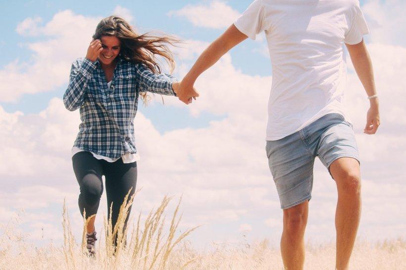 Au o relație interzisă. Femeia visurilor sale e căsătorită cu un bătrân bogătaș. Se întâlnesc mereu să facă amor, dar într-o zi fata i-a mărturisit un secret incredibil: Nu sunt bogat, dar...