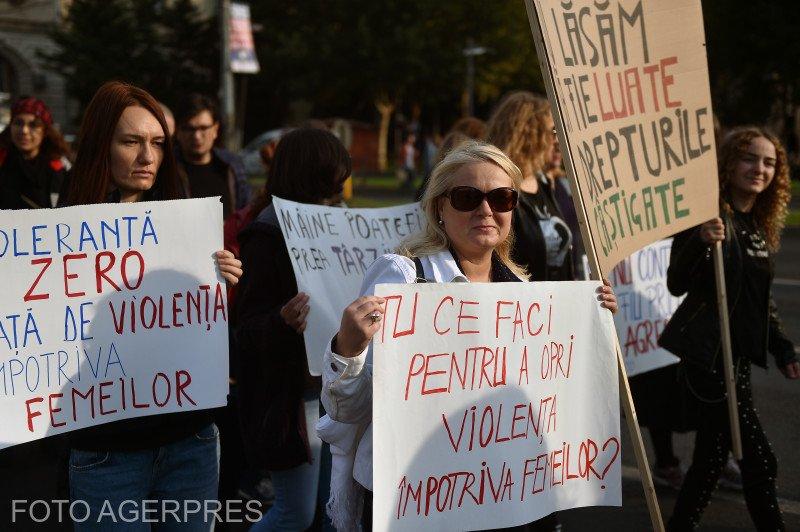 Sute de persoane la marşul de solidaritate cu femeile care sunt victime ale violenţei. Viorica Dăncilă se alătură cauzei 534