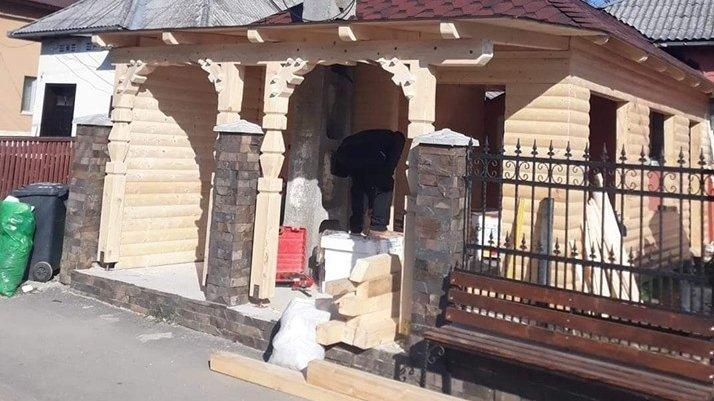 Bărbatul se afla pe o stradă dint-un oraș din Maramureș, când a văzut ceva de-a dreptul bizar. Ferească Dumnezeu de așa ceva! (FOTO)