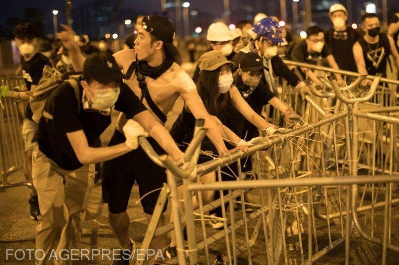 Haos total şi violenţă în Hong Kong. Sute de mii de oameni au participat la protestul neautorizat de autorităţi