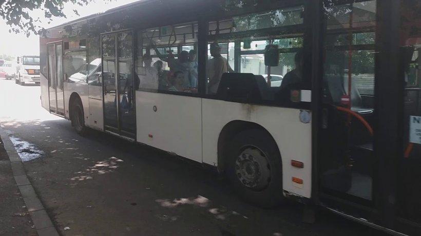"""Elena era în autobuzul 220 din București, când a auzit o fetiță țipând ușor pe lângă ea. Când și-a dat seama despre cine vorbește, a roșit de jenă: """"Doamne, ăștia spun tot ce fac în casă"""""""