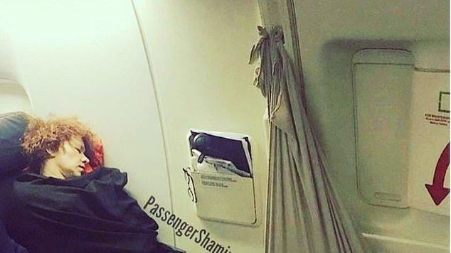 Ipostaza neașteptată în care a fost fotografiată o femeie în avion. Oamenii nu știu dacă să o laude, ori să îi strige că e inconștientă!