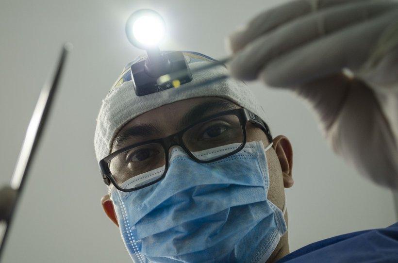 Bătrânul de 73 de ani din Iași s-a dus la dentist. 24 de ore mai târziu se stingea din viață, iar diagnosticul a fost unul de-a dreptul neașteptat. Cum a fost posibil așa ceva?