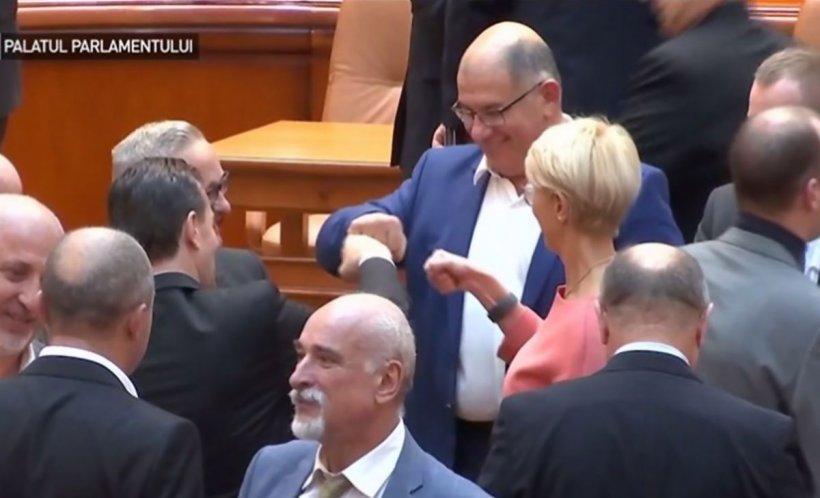 Imagini senzaţionale după învestirea Guvernului. Gesturile făcute de Ludovic Orban - VIDEO