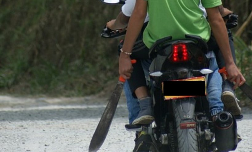 O echipă electorală a PSD, fugărită de un bărbat înarmat cu o macetă