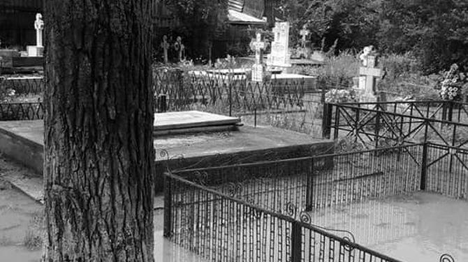 Descoperire macabră, la o zi după alegeri: A fost găsit spânzurat de o cruce din cimitir