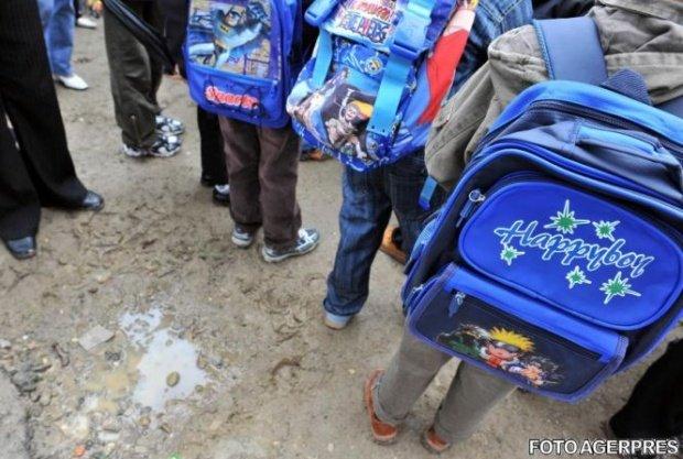 Copiii s-au întors de la școală cu un bilet pe care i l-au dat mamei. Femeia a început să citească. În scurt timp, plângea în hohote
