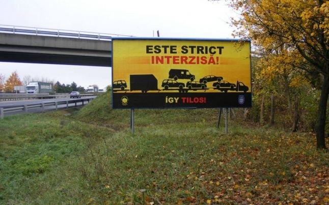 Mergea pe o autostradă din Ungaria, când i s-a părut că vede ceva scris în românește pe margine. Când și-a dat seama ce scrie, și-a făcut imediat cruce