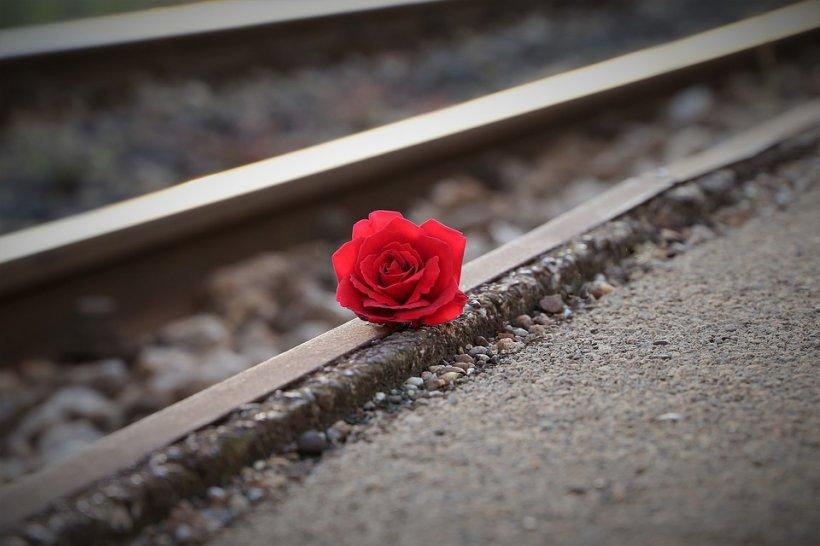O tânără s-a spânzurat în casă, iar iubitul ei s-a aruncat în fața trenului. Explicațiile bizare ale dublei sinucideri care a îngrozit o lume întreagă