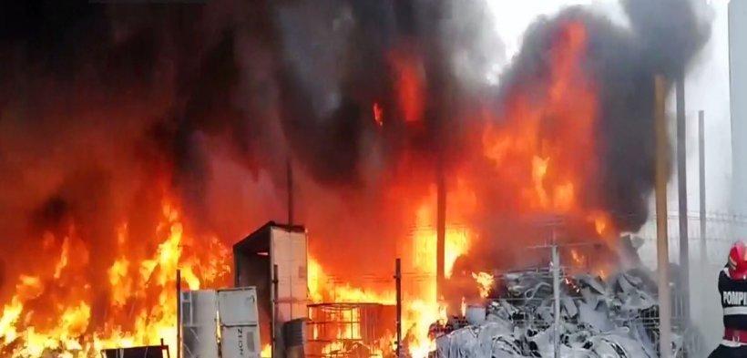 Incendiu puternic la un depozit de cauciucuri: Populaţia, avertizată prin RO-ALERT