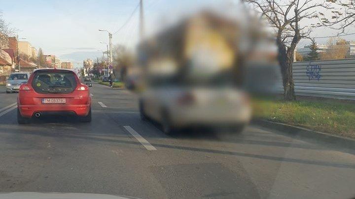 Circula pe o stradă din Timișoara, când a văzut ceva neobișnuit. E ireal! Cum să faci așa ceva? (FOTO)