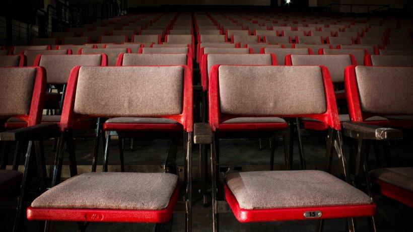 Confruntare violentă într-un cinematograf din Marea Britanie! Șapte polițiști atacați cu arme albe 127
