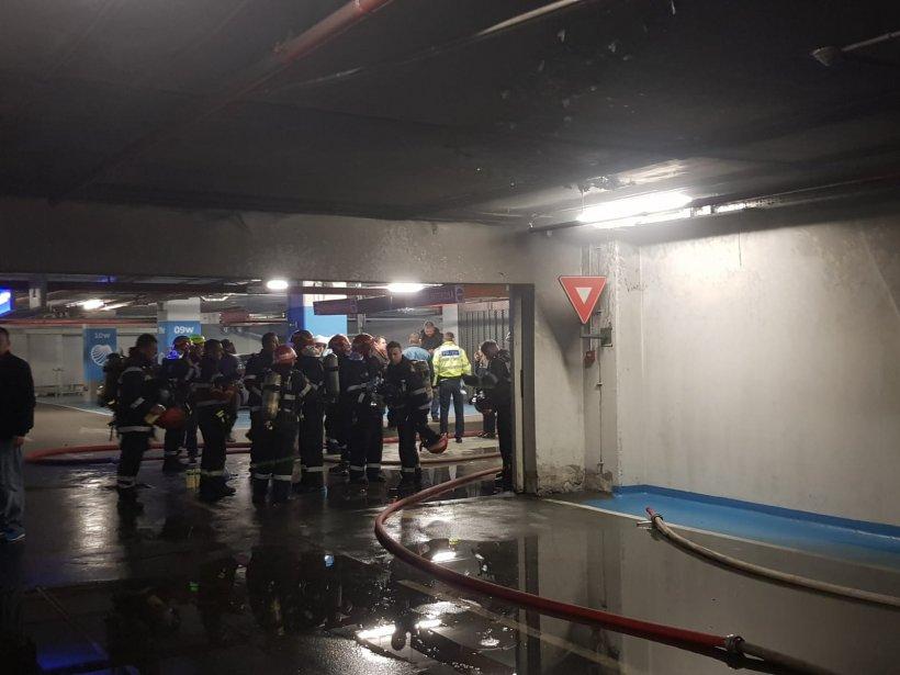 Mai multe persoane au ajuns la spital după incendiul izbucnit în parcarea de la Sun Plaza