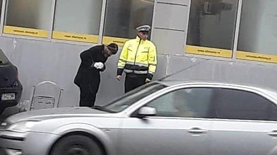 Un polițist din Bacău s-a apropiat de un om al străzii și a început să vorbească cu el. În câteva secunde, ceva uluitor s-a întâmplat. Cineva a surprins momentul (FOTO)