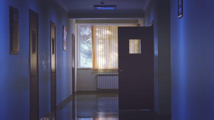 """Mama unei fetițe internată la Spitalul din Onești trage un semnal de alarmă: """"În spital e frig, iar afară ninge. Mi-am găsit copilul bocnă"""""""