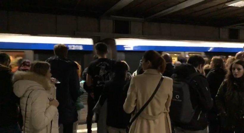 """Noi probleme la metrou! Călătorii au fost nevoiți să aștepte minute în șir din """"motive tehnice"""""""