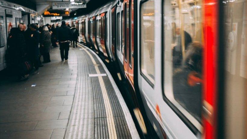 Scene violente surprinse într-un tren. Un pasager și controlorul s-au bătut cu pumnii și picioarele în fața celorlalți