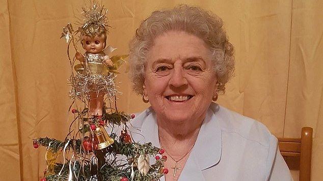 O bunică împodobește același brad de Crăciun din 1937. Iată cum arată bradul de 82 de ani!