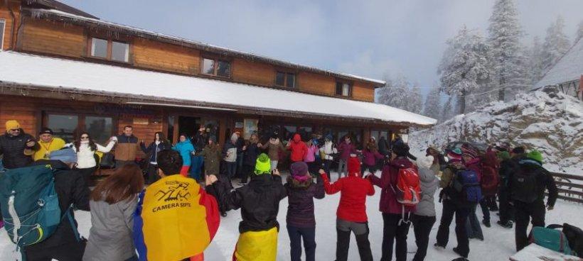 Ce au făcut 100 de tineri pe vârf de munte de 1 Decembrie. VIDEO